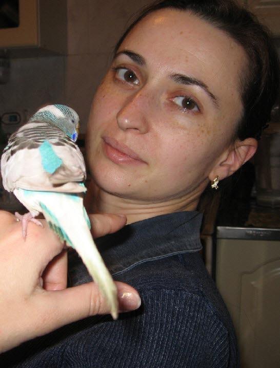Фото девушки с попугаем